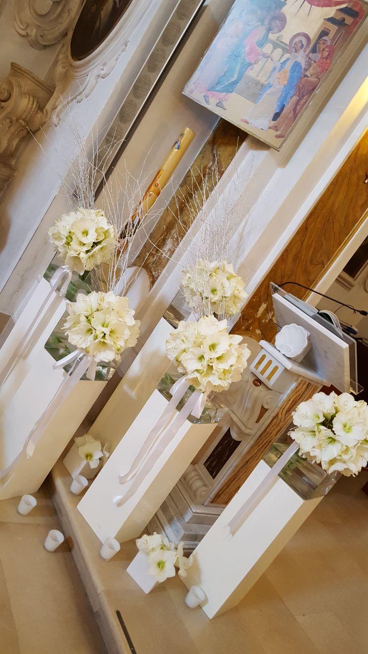 colonnine di fiori bianchi