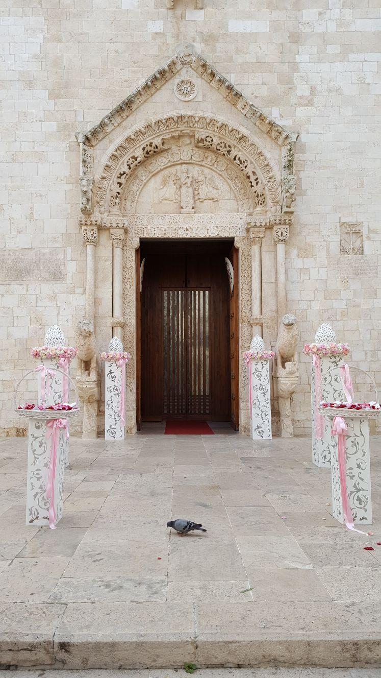 colonnine di fiori bianchi allestimento esterno chiesa