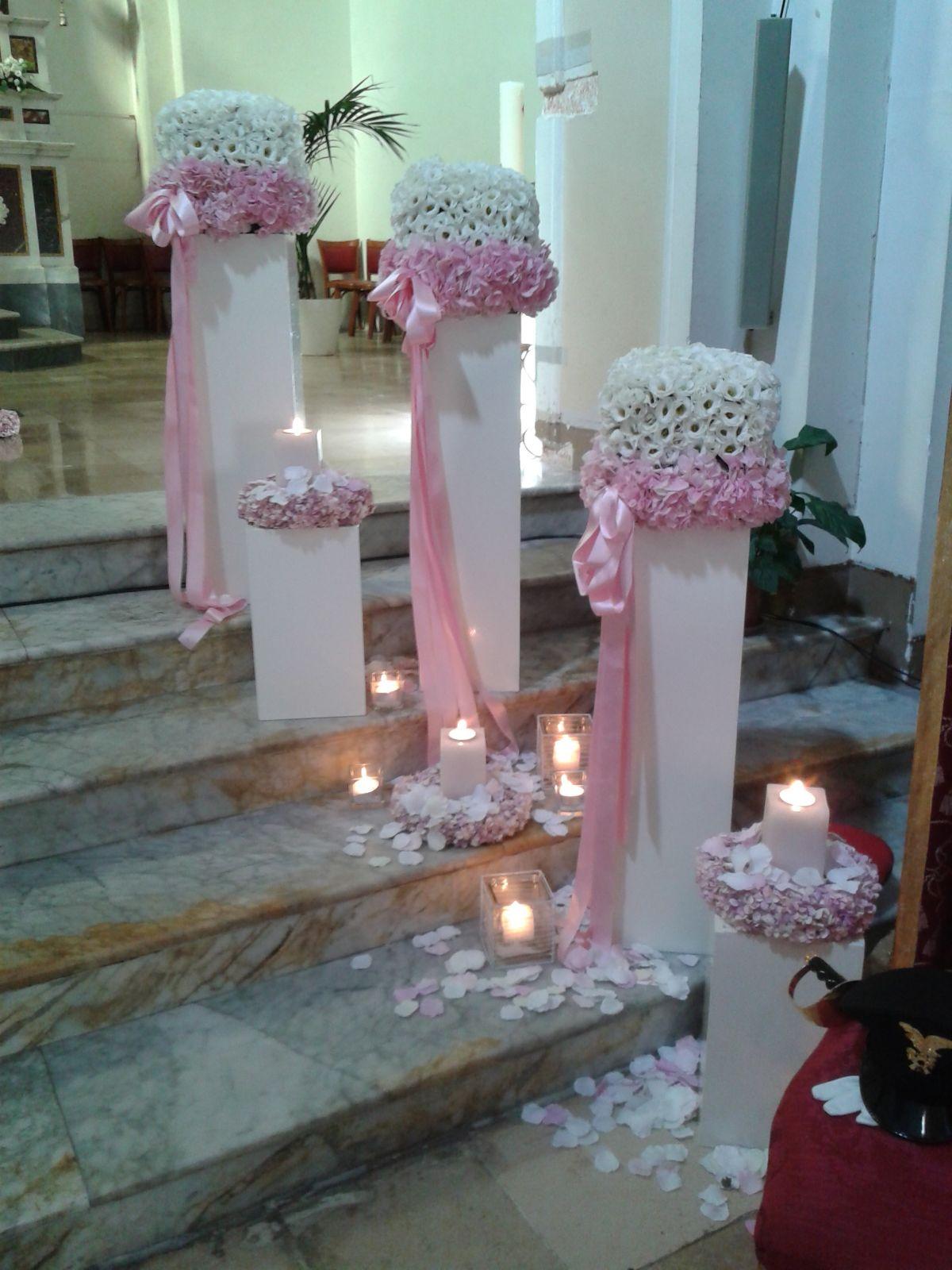 colonnine di fiori bianchi con nastri rosa