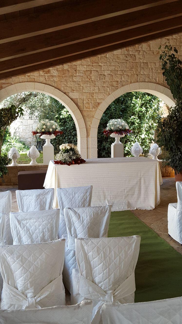 tavola bianca con rose rosse e bianche
