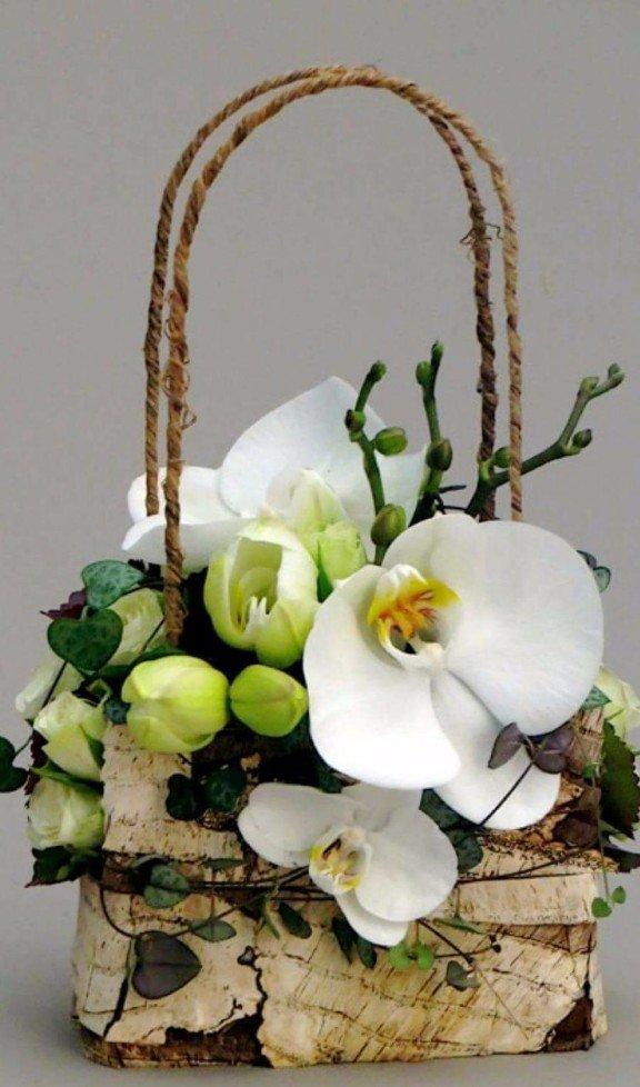 cesto di orchidee bianche