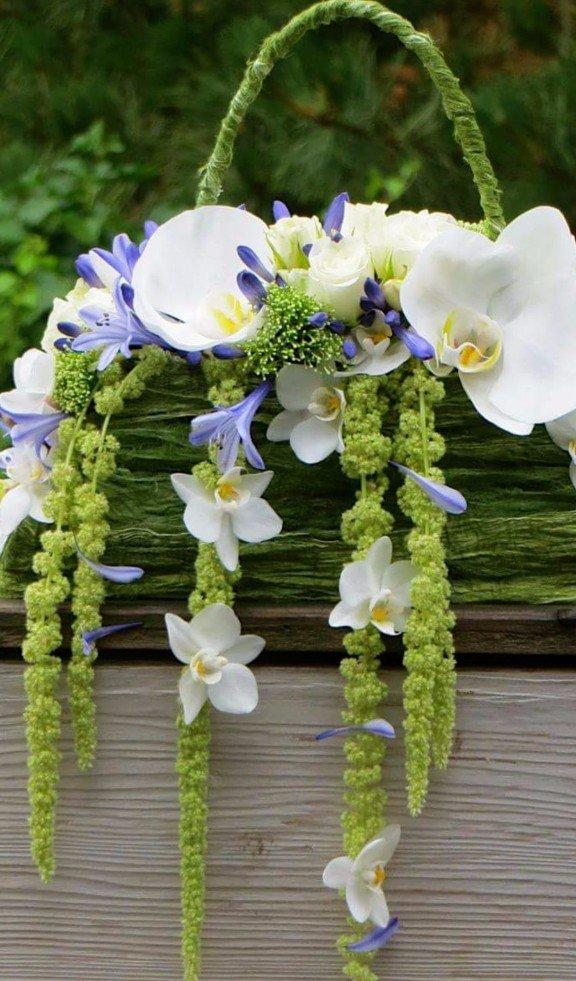 borsa con fiori freschi