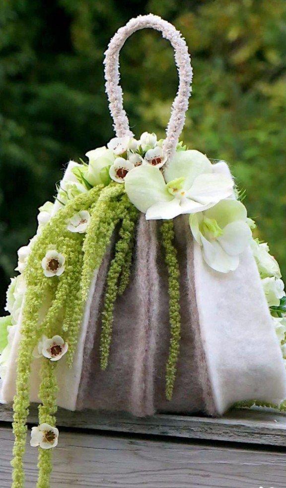 borsa addobbata con fiori freschi