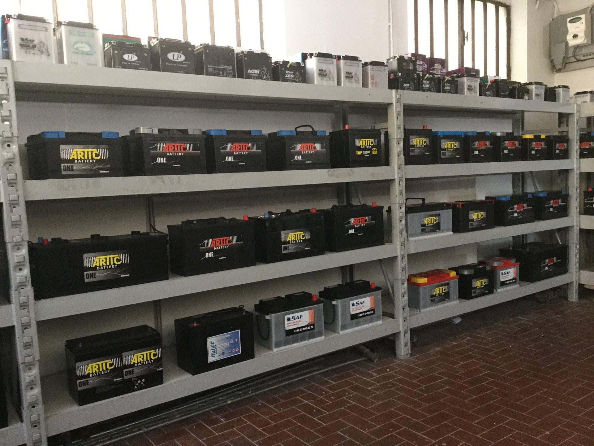 Scaffale espositivo con batterie per auto