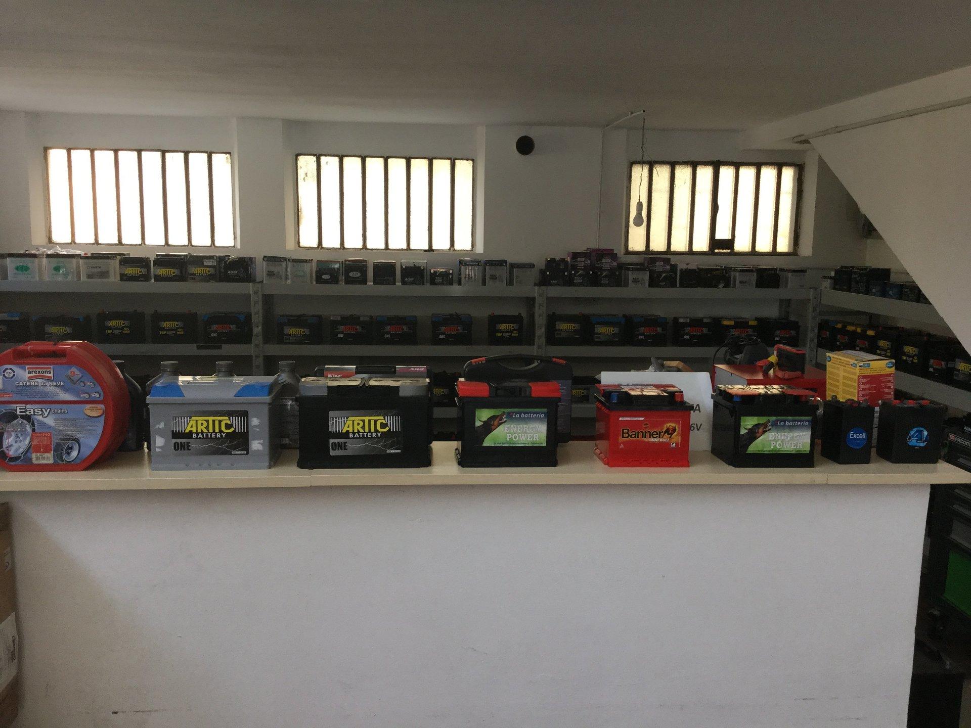 Batterie per automobili in esposizione su bancone
