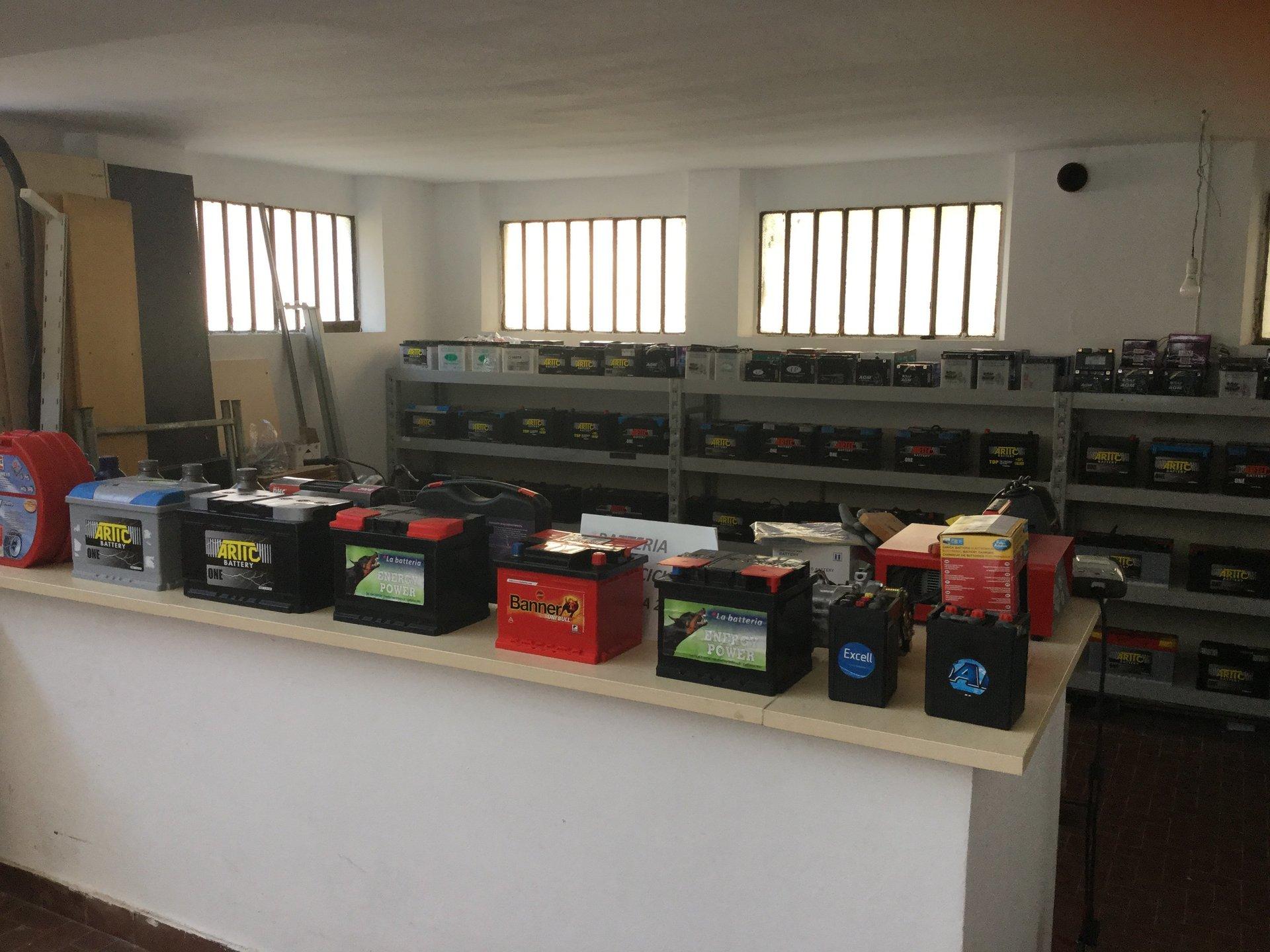 Batterie per auto esposte su bancone bianco