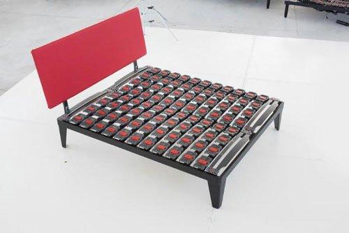 un letto matrimoniale con le doghe di color grigio e rosso