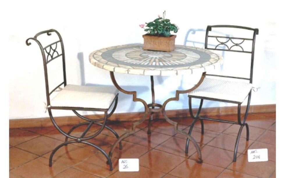 Tavoli e sedie lavorati a mano