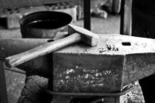 Incudine e martello per la lavorazione del ferro