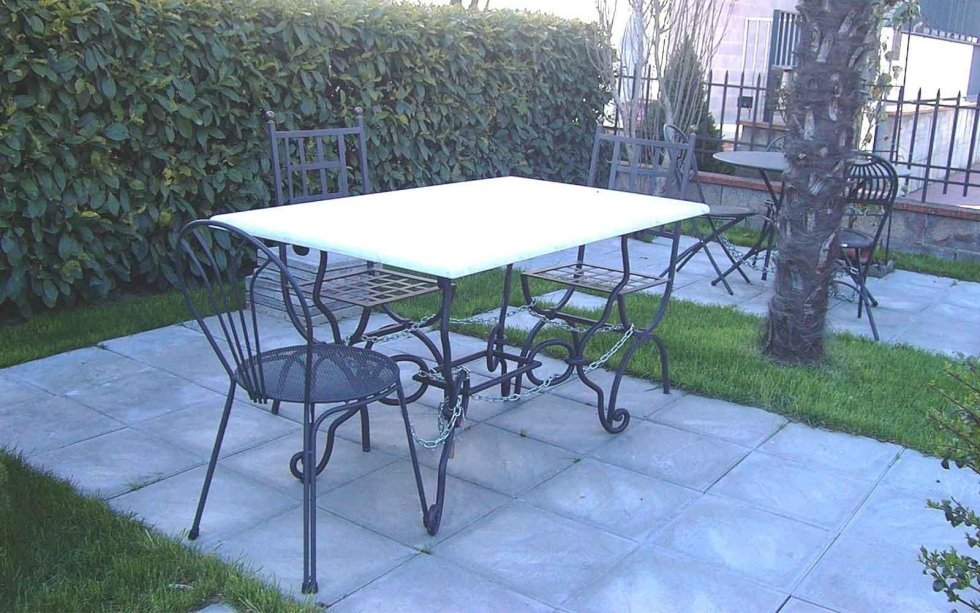 Tavolo con base in ferro