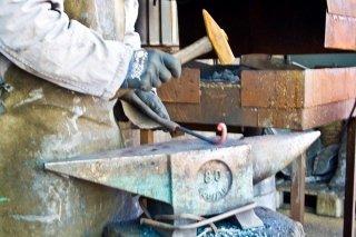 Battitura tradizionale del ferro caldo