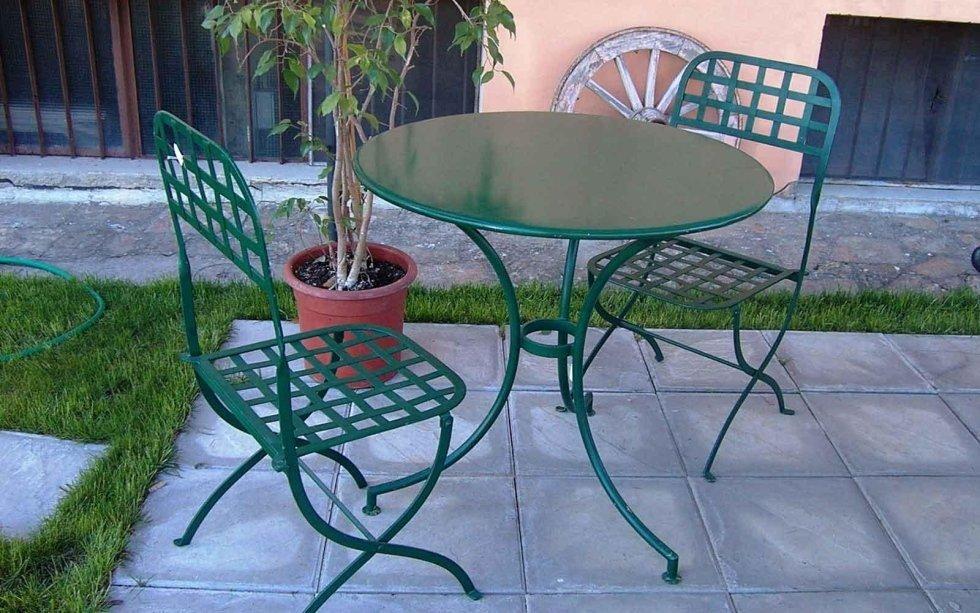 Tavolo e sedie in ferro verniciato