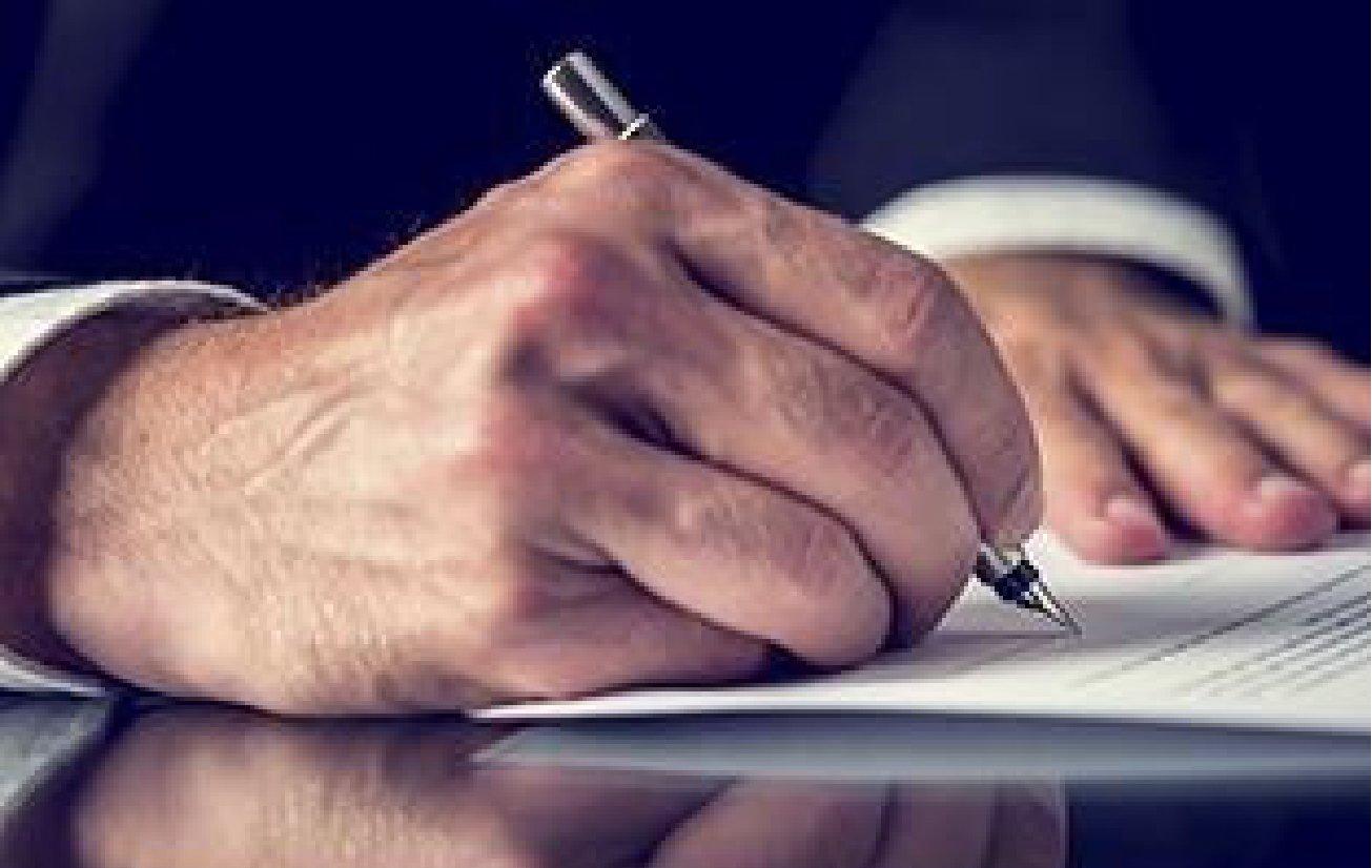 Consulente firma un documento