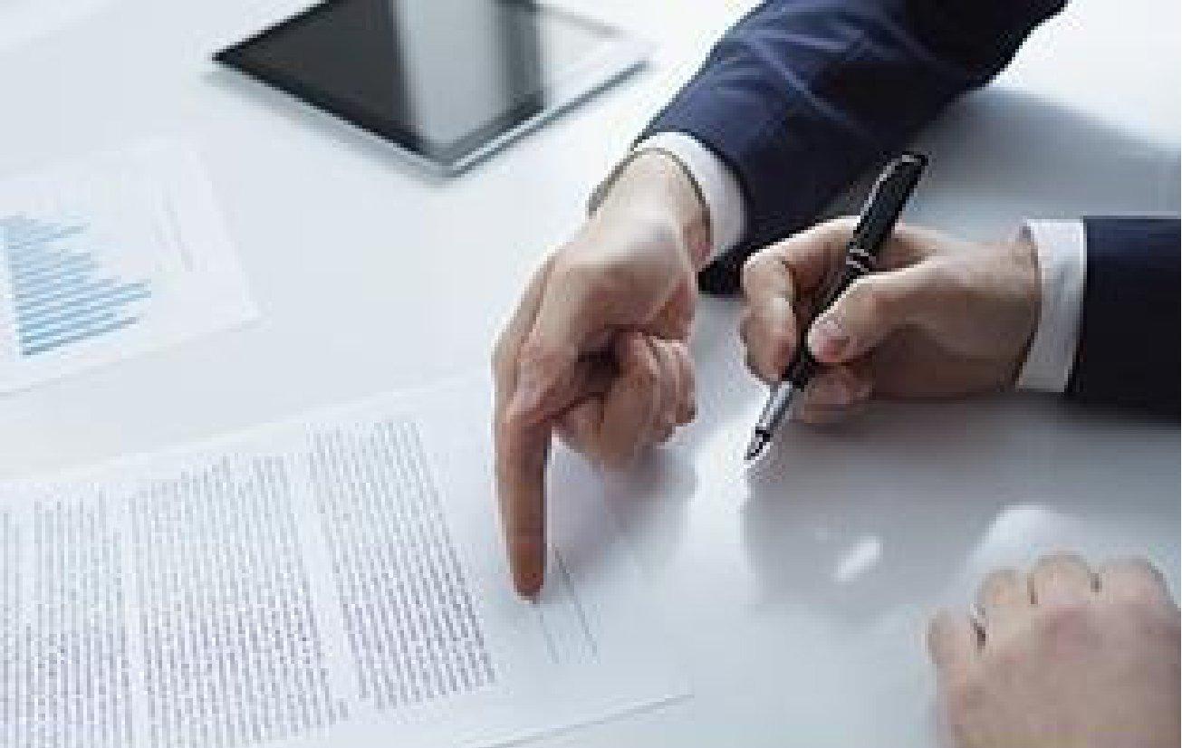 Consulente legale redige documenti
