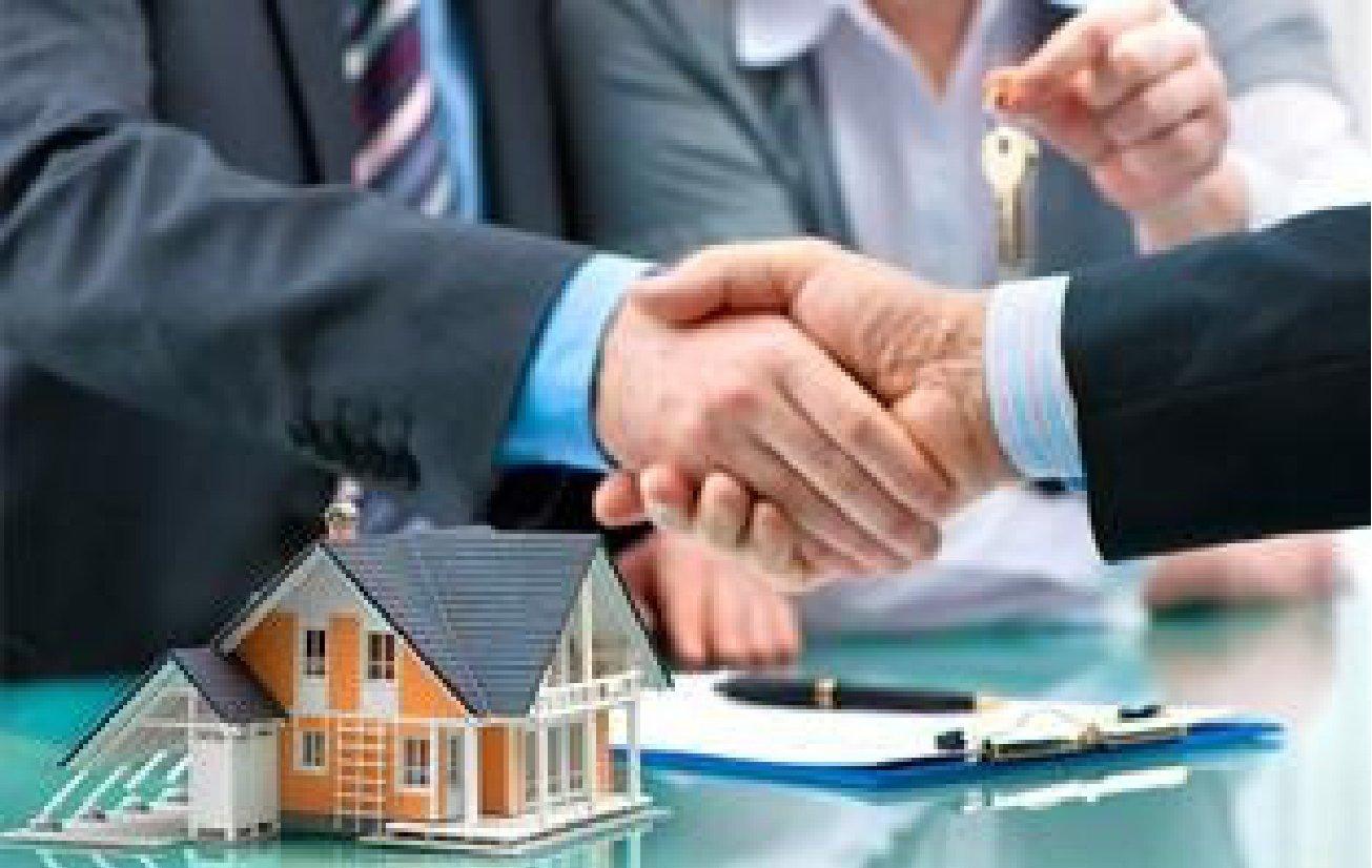 Agente immobiliare stringe la mano a un cliente