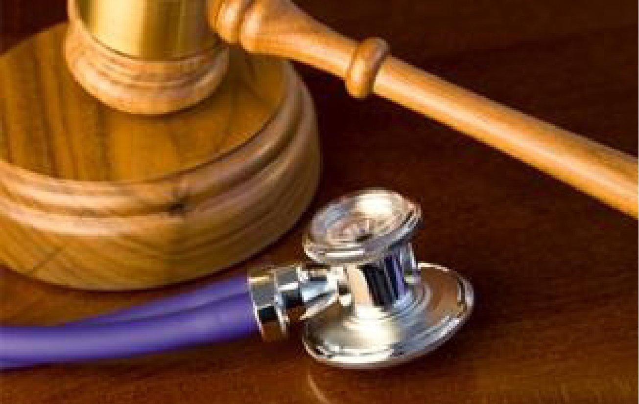 Martello del giudice e stetoscopio