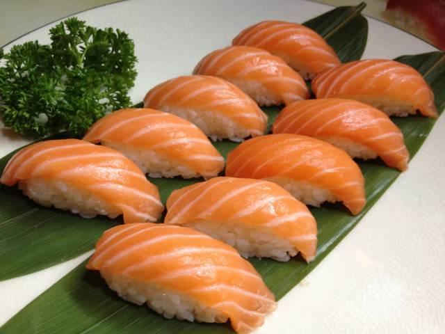 vassoio di sushi di salmone