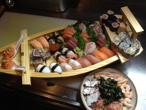 vista dall`alto di una barca di sushi
