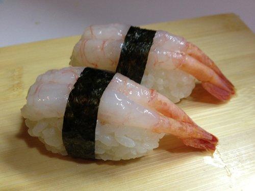 riso con gamberi avvolti da alga di pesce