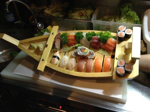 sushi servito su un tavolo