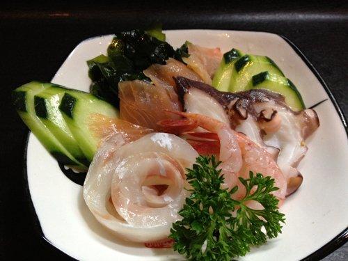 piatto di verdure e pesce crudo