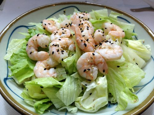 piatto di gamberi con pepe e foglie di insalata