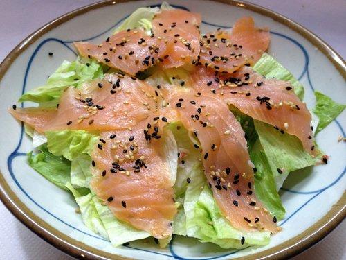 piatto di salmone crudo e pepe nero