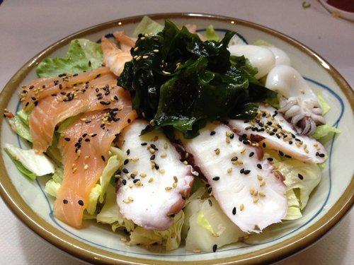 piatto di pesce crudo con verdure al centro