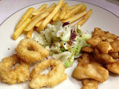 piatto con anelli fritti pesce e patatine fritte