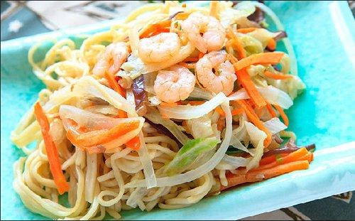 spaghetti di riso con gamberi e carote