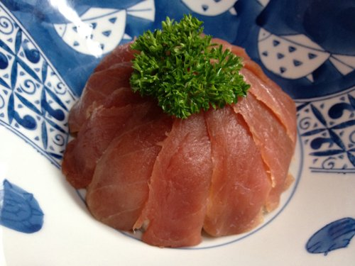 fette  di pesce crudo a forma di torta