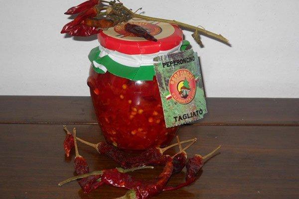 un vasetto di peperoncino tagliato