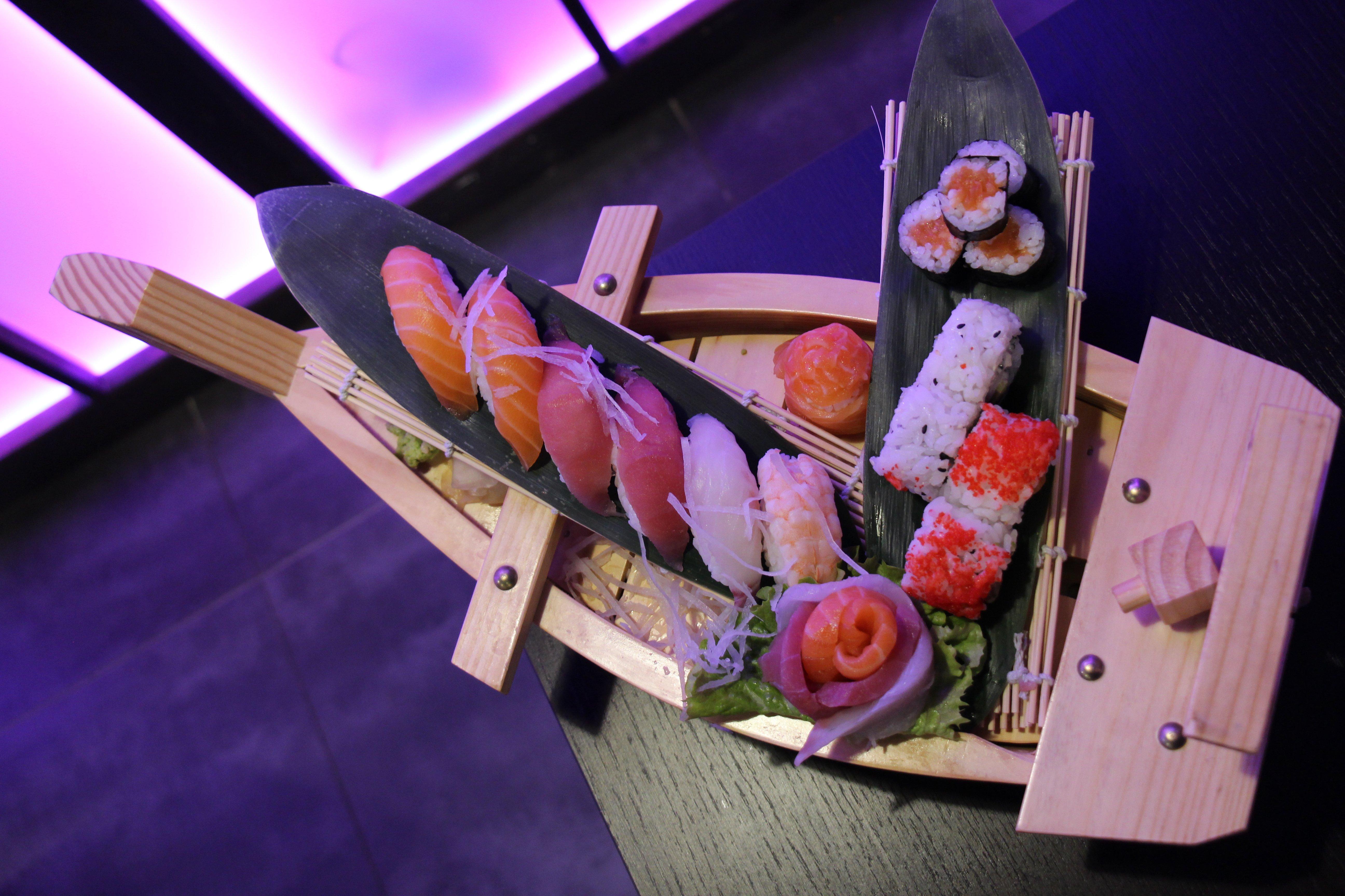 barca di sushi e sashimi