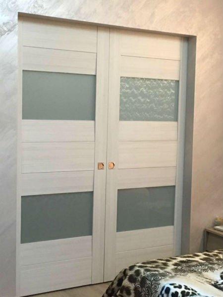 Doppie porte di legno bianca con decorazioni di vetro