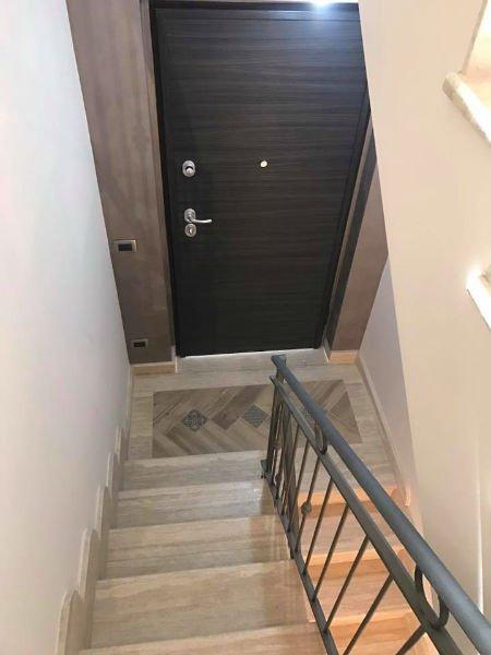 Vista di una porta di sicurezza sotto la scala