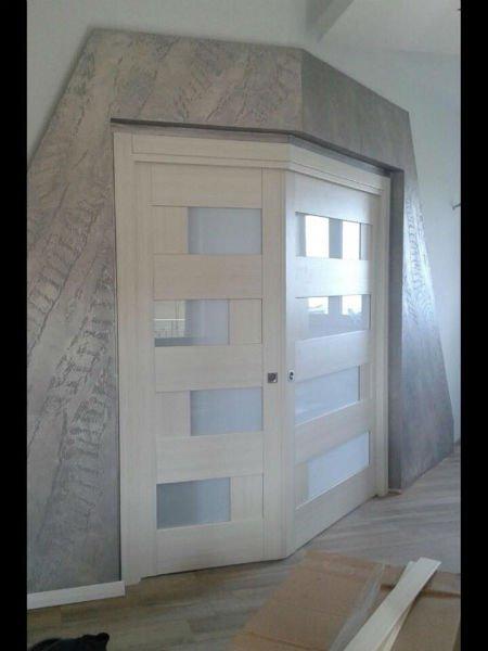Doppia porta di legno bianca e vetro con forma ottusa