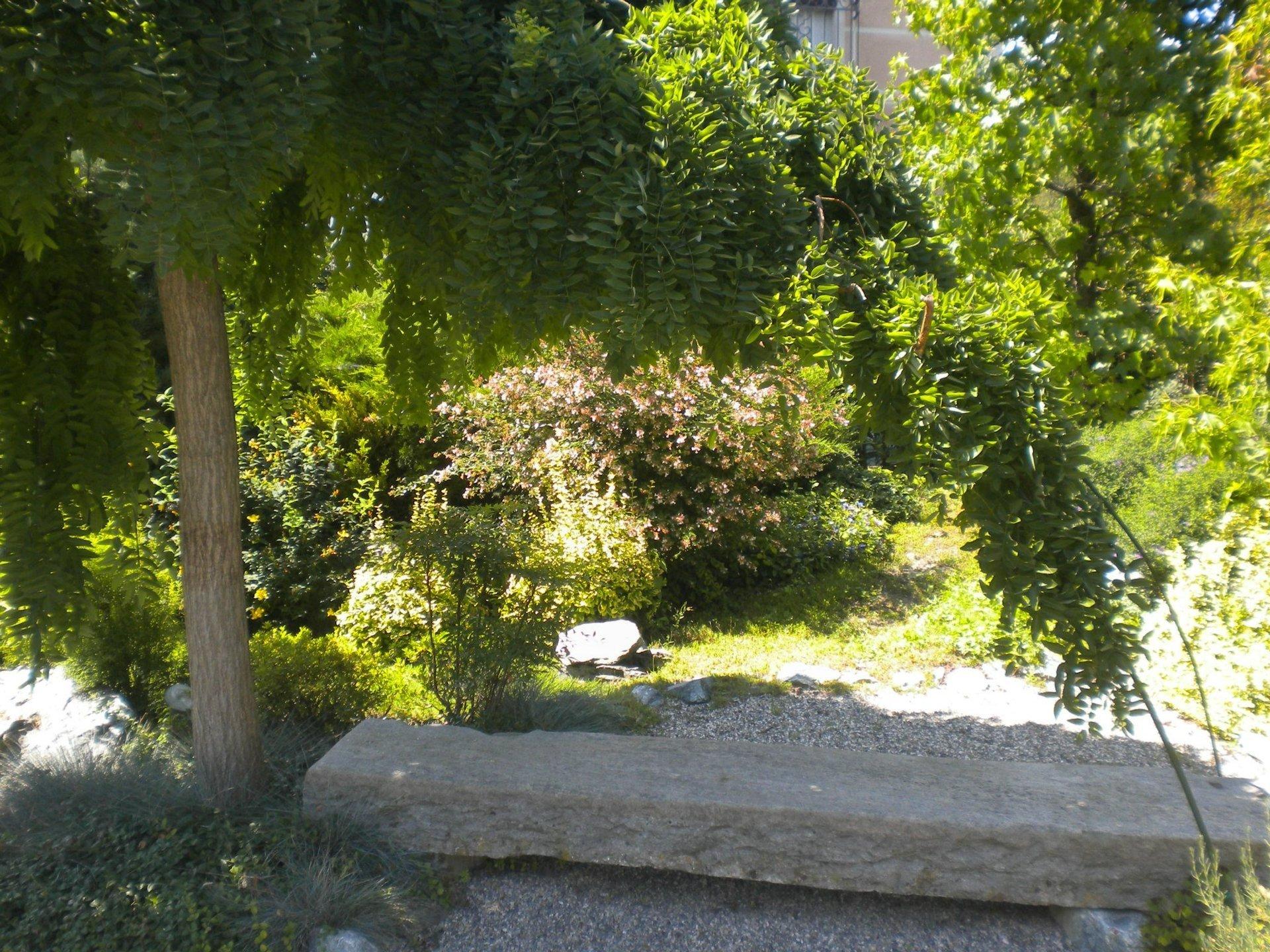 panchina in pietra da giardino