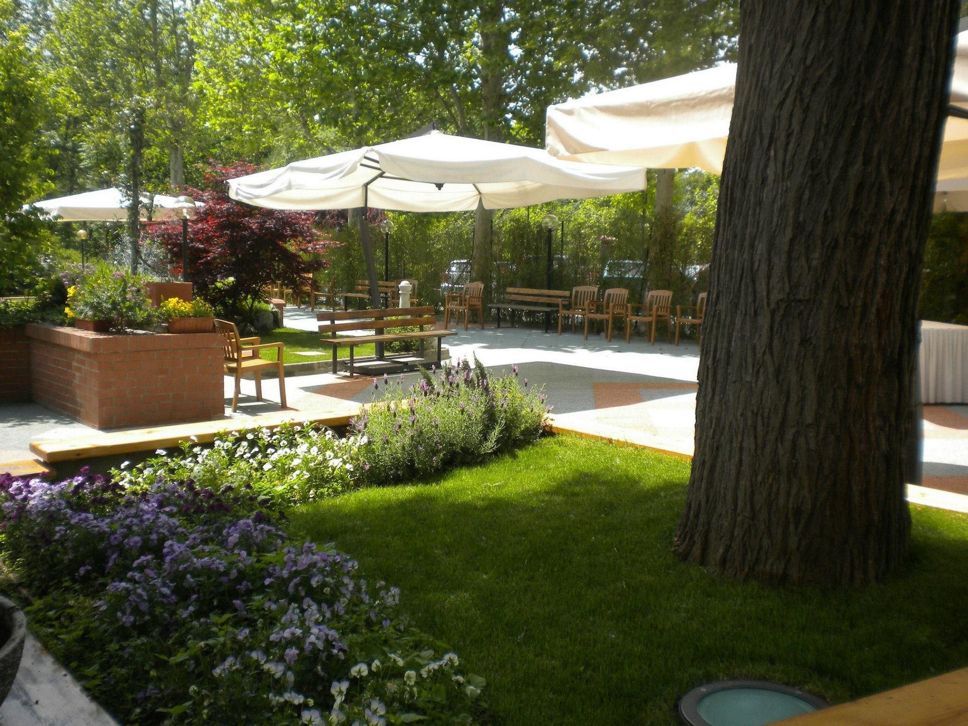 sala esterna del ristorante con giardino