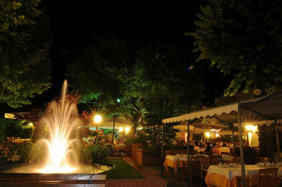 ristorante all`aperto di sera