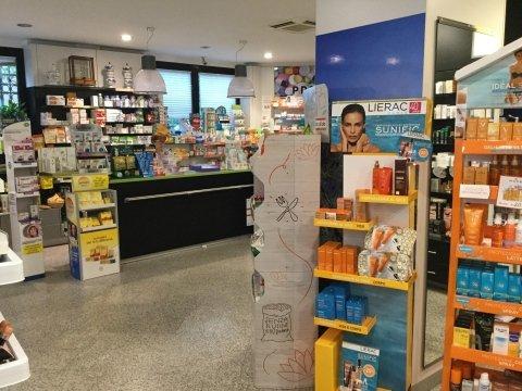 bancone della farmacia con espositore creme solari