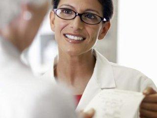 farmacista sorride a paziente