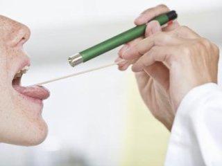 medico controlla gola del paziente