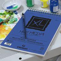un quaderno di color blu con sopra una penna, accanto un piatto di plastica bianco con della tempera e un foglio con degli schizzi