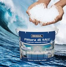 due mani con in mano del sale grosso e sotto un secchio bianco e blu con scritto pittura di sale