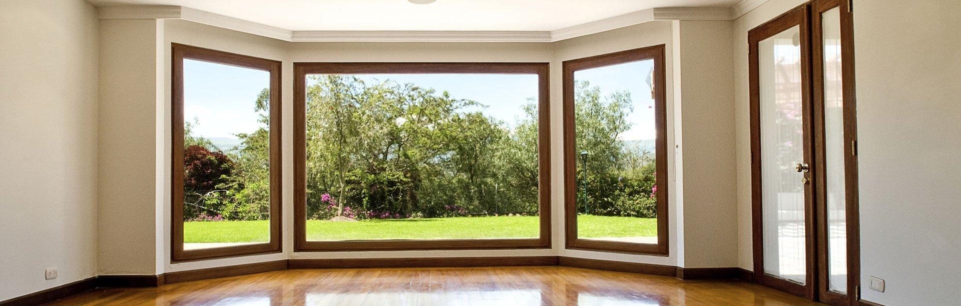 stanza con finestre sul giardino