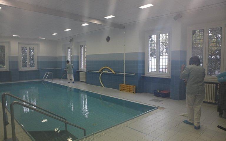 pulizia a bordo piscina