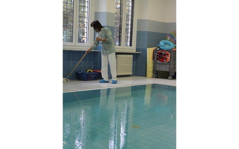 pulizia del bordo piscina