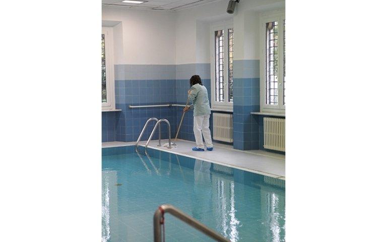 pulizia scale di una piscina