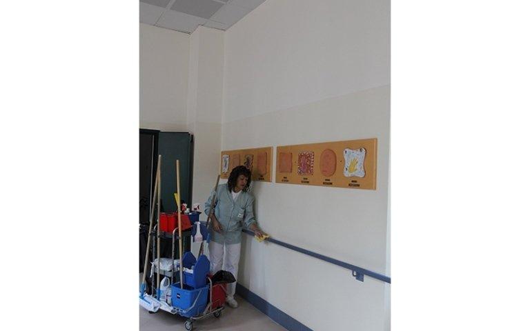 pulizia di un corridoio in struttura pubblica