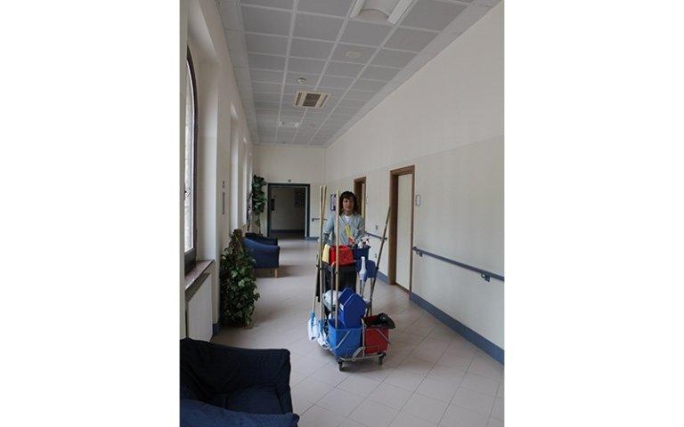 pulizia di un corridoio pubblico